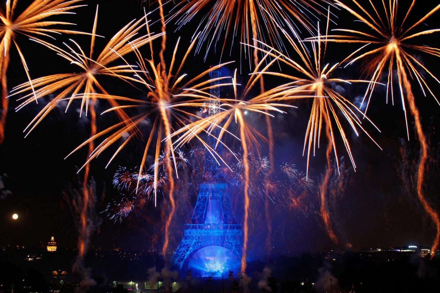 Fuochi d'artificio alla Torre Eiffel per la Festa della Bastiglia