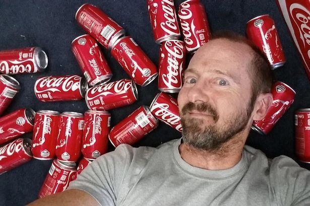 Uomo beve 10 lattine di Coca Cola per un mese: ecco i risultati del suo esperimento
