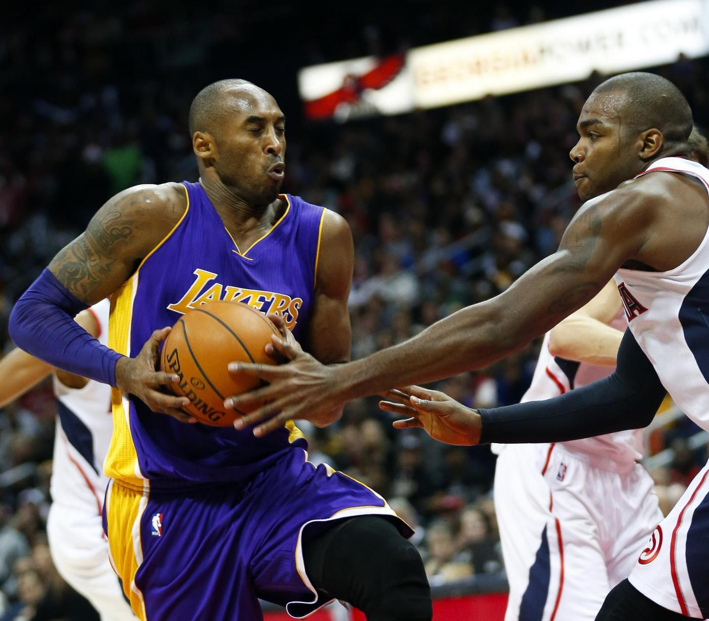 Basket, Kobe Bryant nella storia: supera Michael Jordan nei punti totali NBA