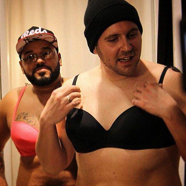 Due uomini si rifanno il seno per vivere un giorno da donna