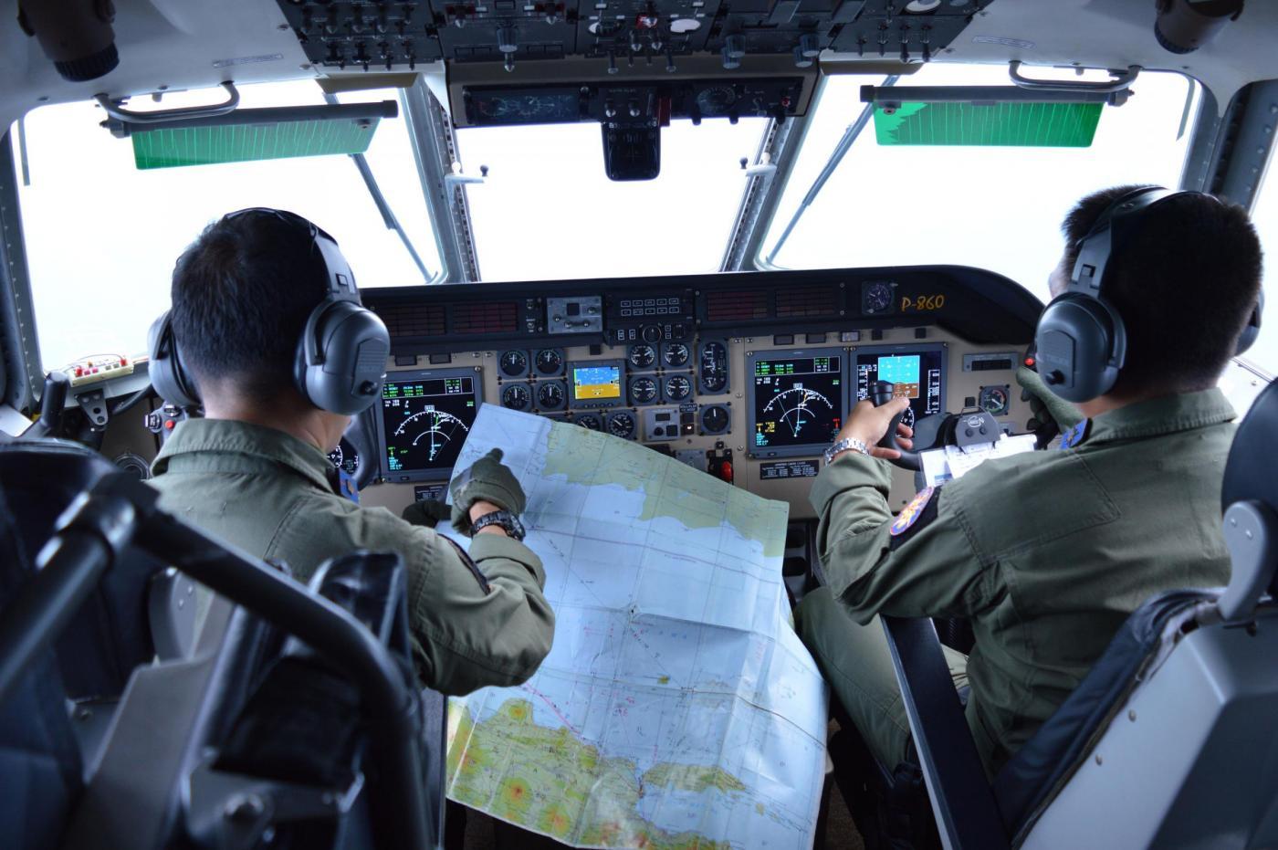 Aereo malese disperso in volo tra Indonesia e Singapore: è in corso il recupero dei corpi