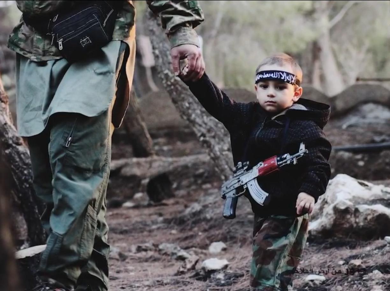 Bambino rapito in Veneto dal padre in una foto con i miliziani dell'Isis