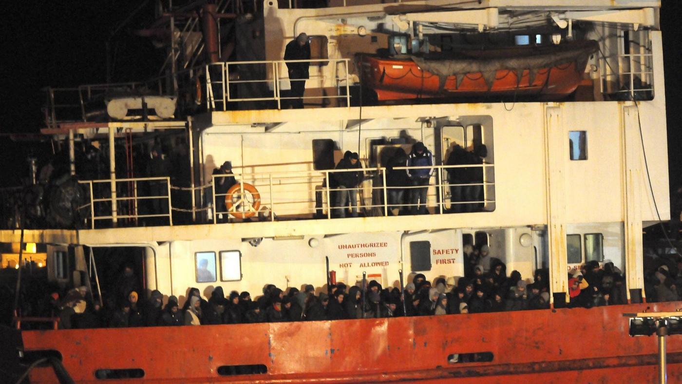 Allarme su una nave al largo di Corfù: 970 migranti abbandonati alla deriva