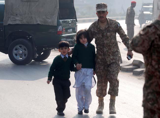 Attentato in Pakistan: talebani uccidono 141 studenti, oltre 100 sono bambini
