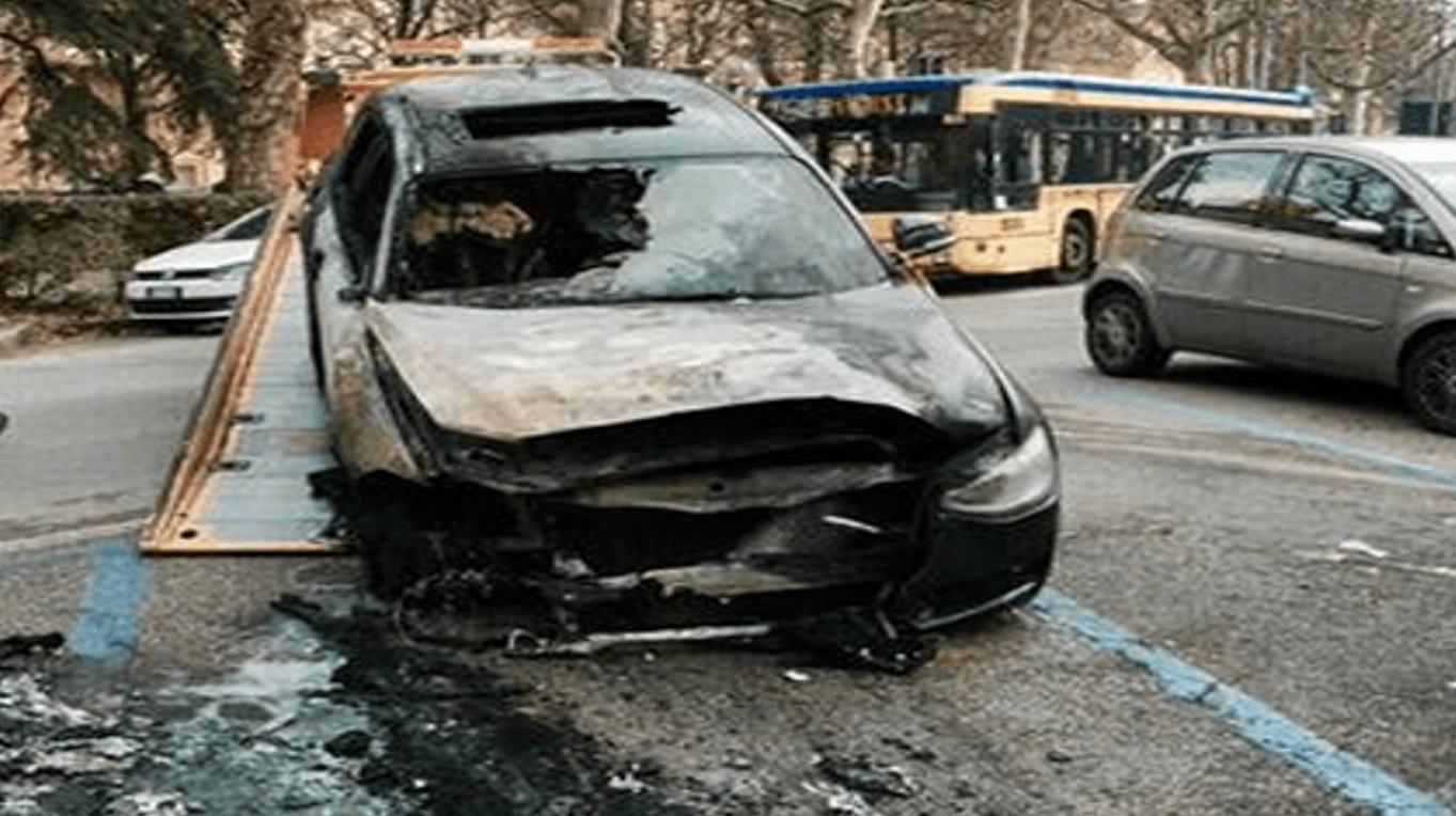 Francesco Sole, l'auto dello youtuber in fiamme: 'Ho paura per i miei cari'