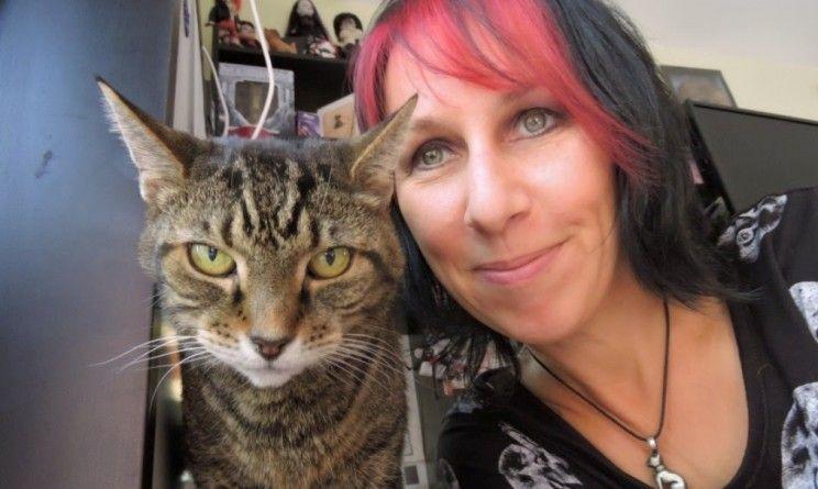 La donna che ha sposato i suoi gatti