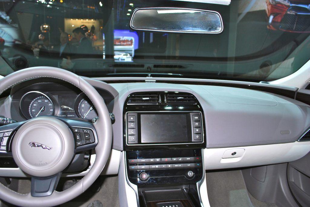 Jaguar XE interni 1024x685