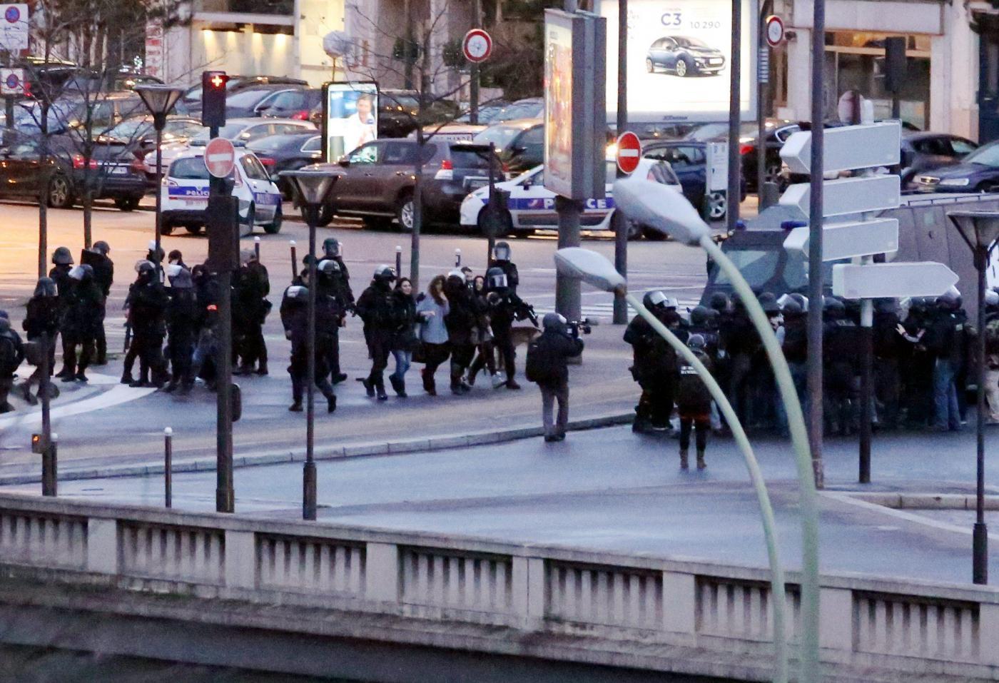 Sparatoria a Parigi: ucciso il killer di Montrouge, 4 ostaggi morti