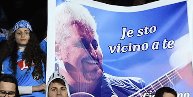 Pino Daniele: il coro dei tifosi allo stadio San Paolo prima di Napoli – Juventus