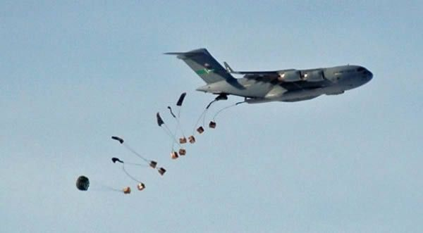 Piloti iracheni che sbagliano a lanciare i viveri