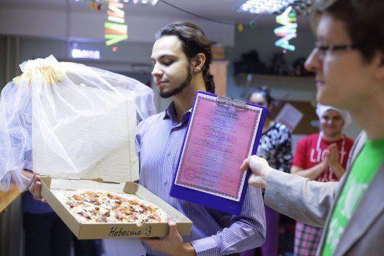 Ragazzo che sposa la pizza