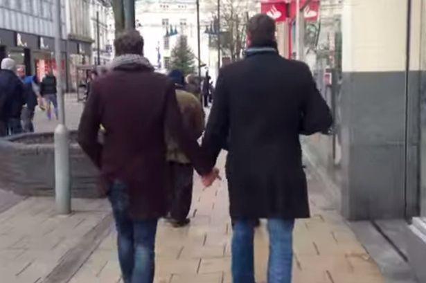 Due uomini si tengono per mano per un esperimento sociale: la reazione dei passanti