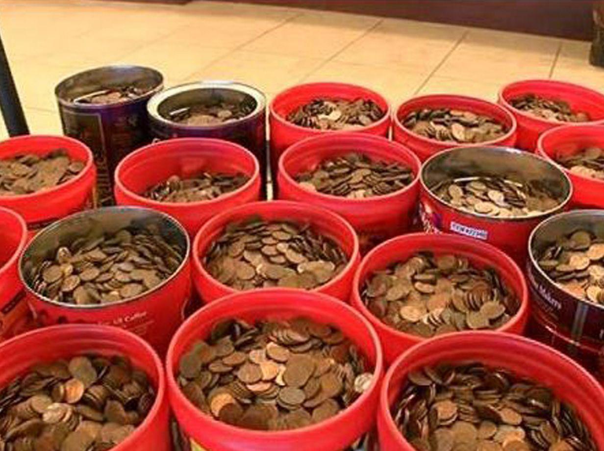 Deposita in banca oltre 800 dollari in monete da un centesimo per un totale di 226 kg di denaro
