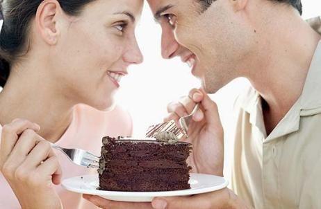 coppia che mangia cioccolata