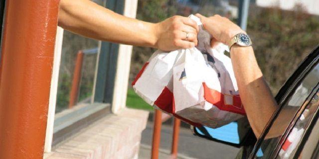 Denaro al posto del cibo: l'incredibile consegna in un Burger king