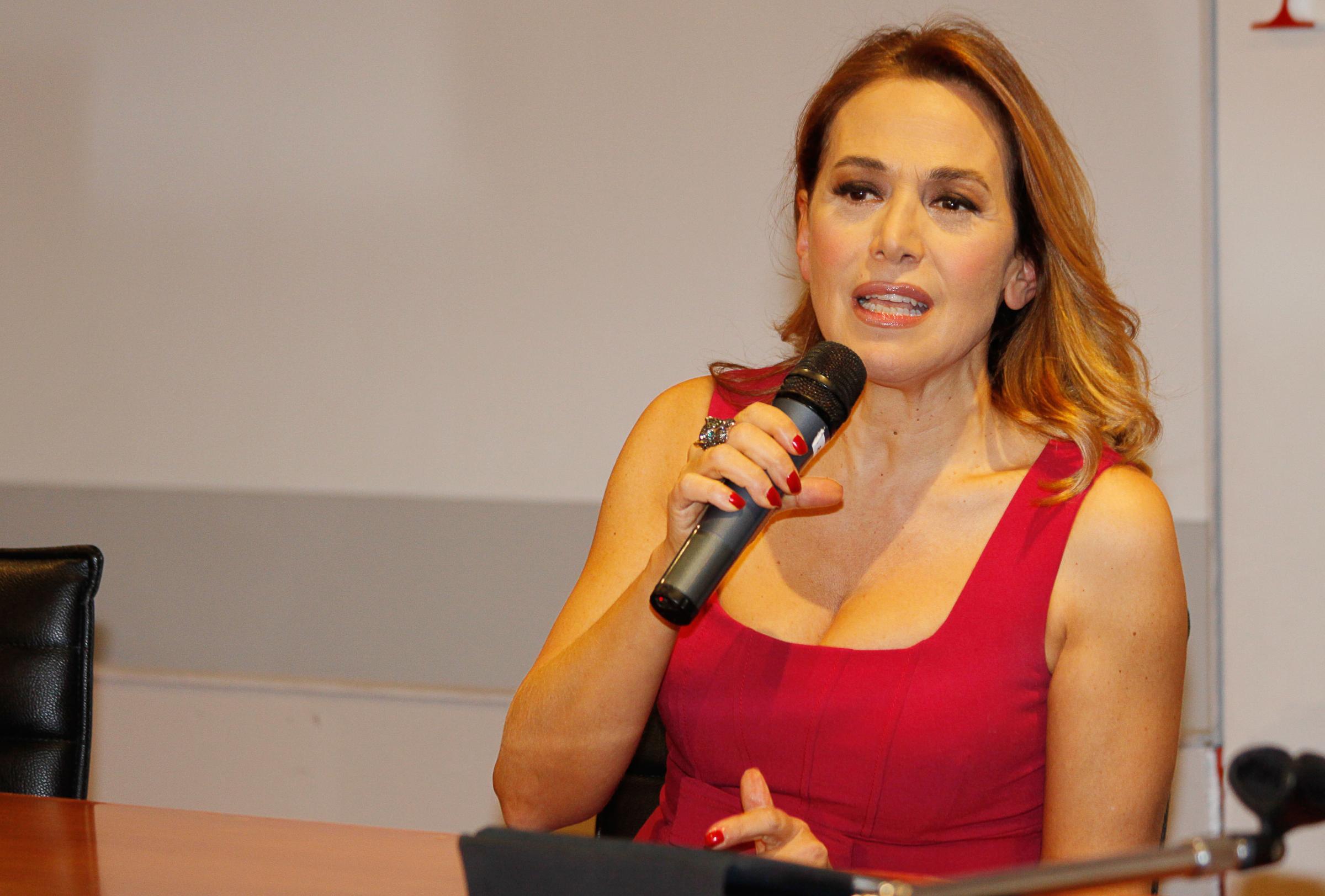 Selvaggia Lucarelli contro Barbara D'Urso per il caso Corona: 'Viene da sorridere'