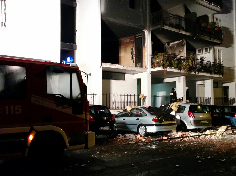 Esplosione a Roma in una palazzina, una vittima: non si esclude il dolo