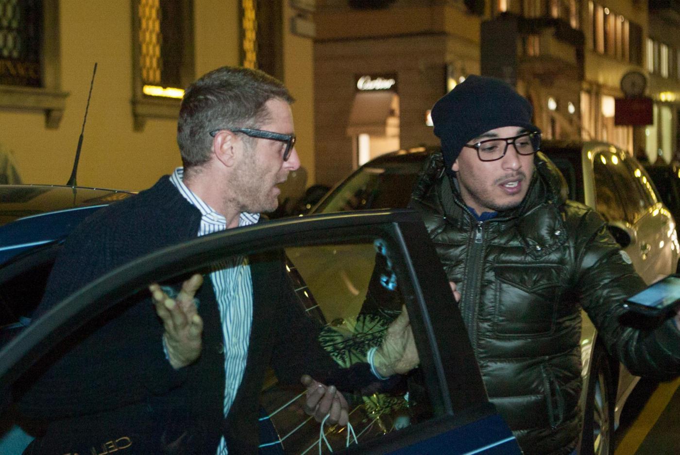 Lapo Elkann a Milano preso d'assalto da un fan invadente