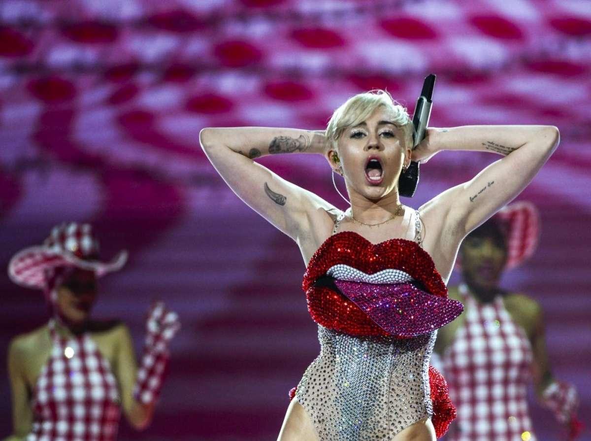 Miley Cyrus in copertina sulla rivista V, la cantante posa senza veli