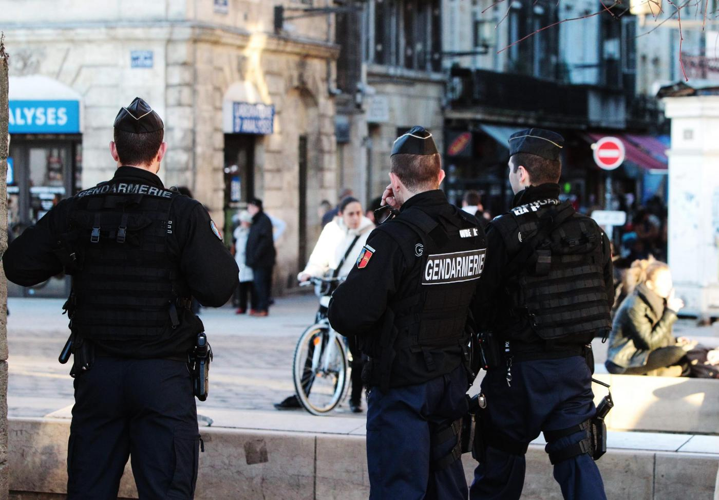 Terrorismo a Parigi: auto contro una poliziotta