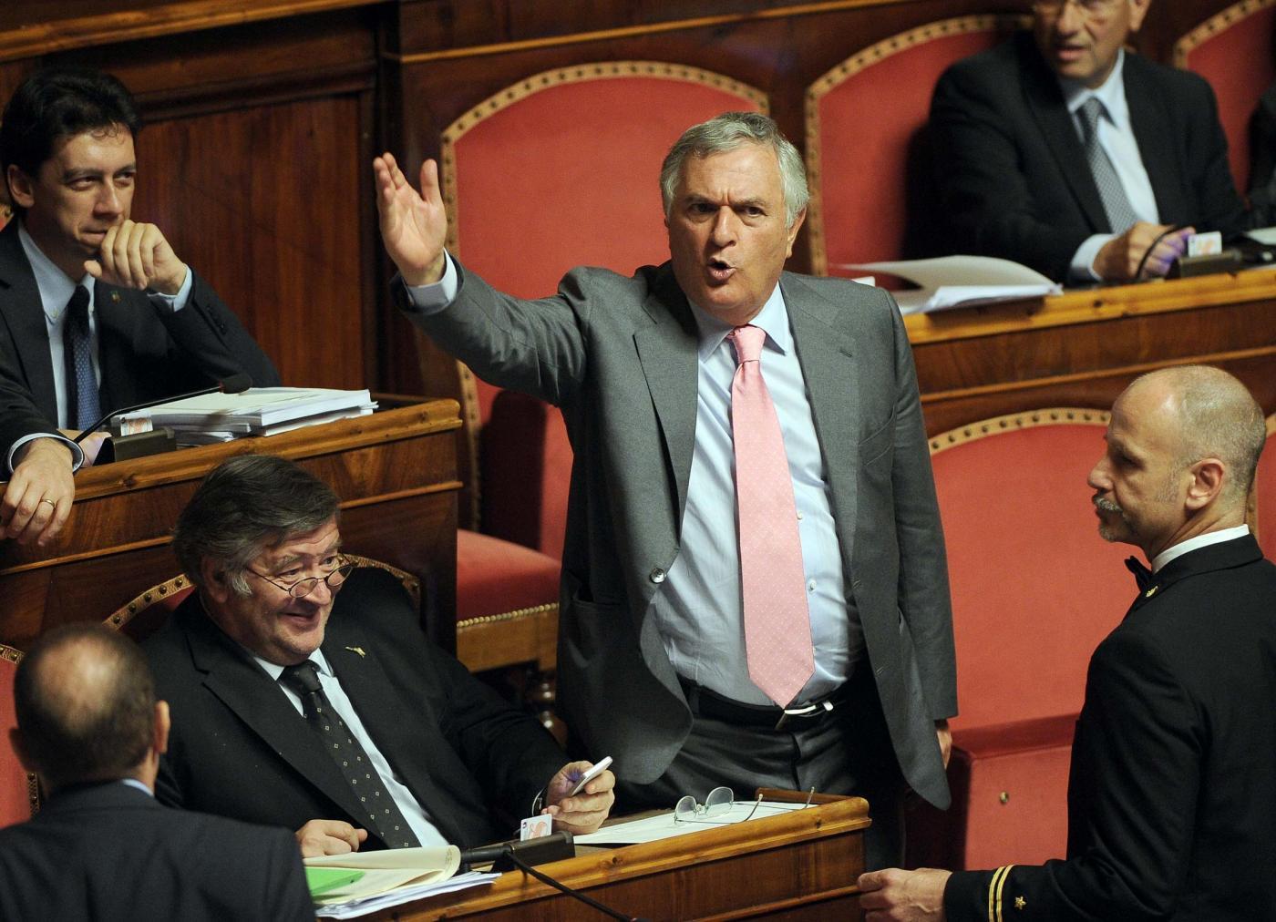 Vincenzo D'Anna al Senato accusa: «Vi siete tanto inchinati che vi si vede il c…»