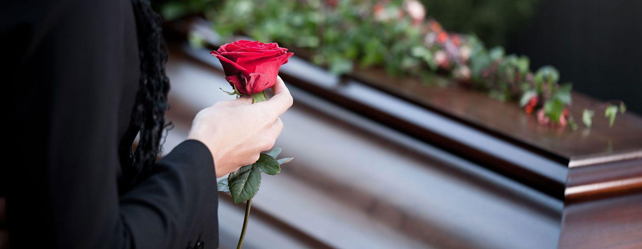 Si spezza la bara al funerale, figlia pronta a fare causa: 'Mio padre morto due volte'