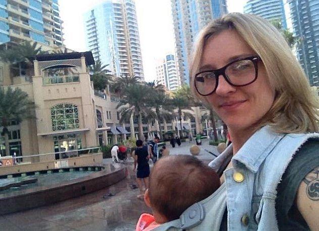 Mamma single spende gli aiuti statali per fare il giro del mondo