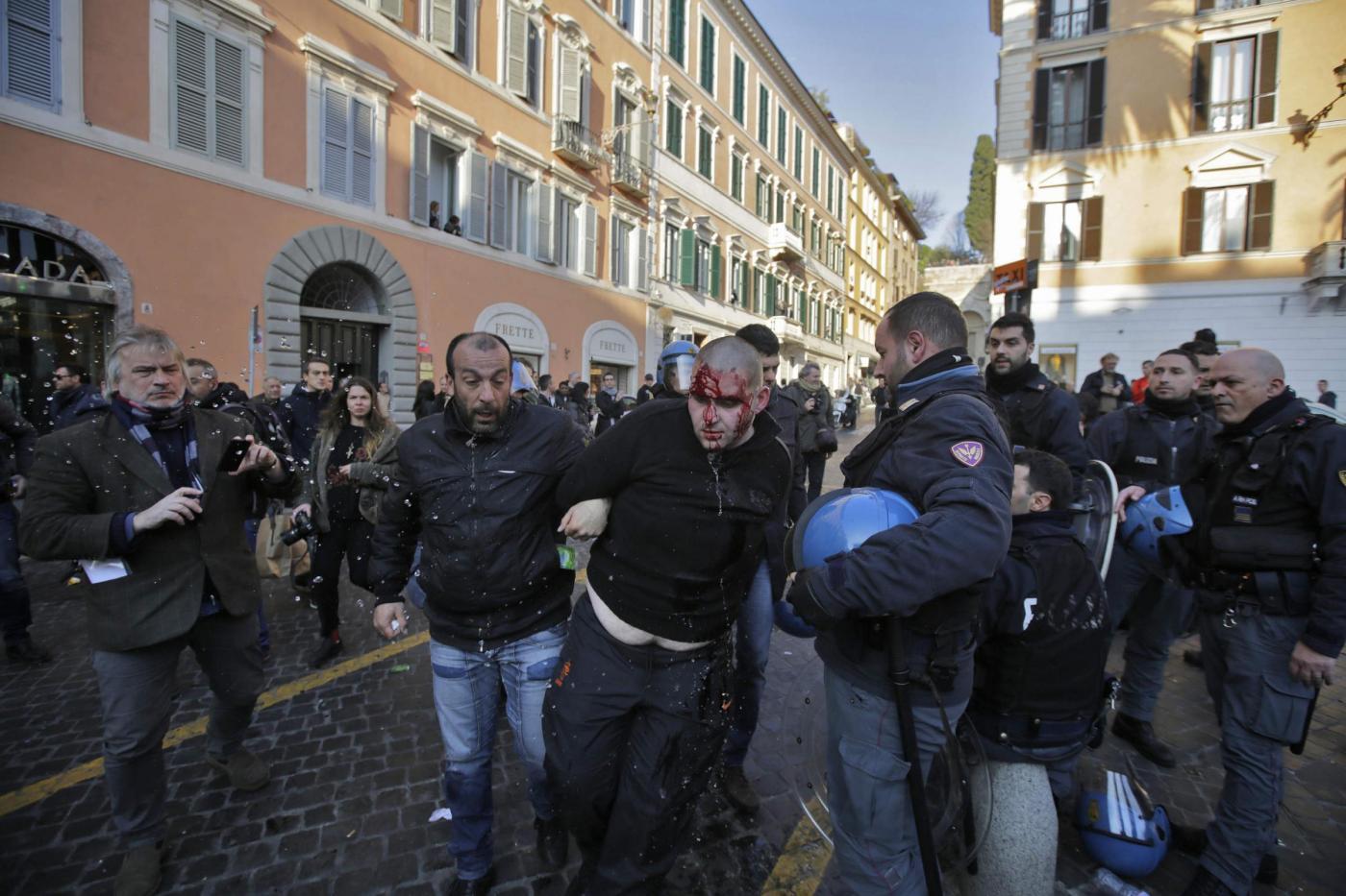 Scontri a Roma tra tifosi olandesi e polizia: è stato sottovalutato il rischio?