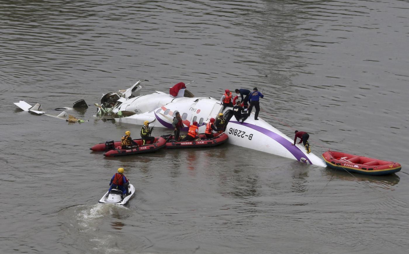 Disastro aereo a Taiwan, 23 morti: soccorsi in diretta