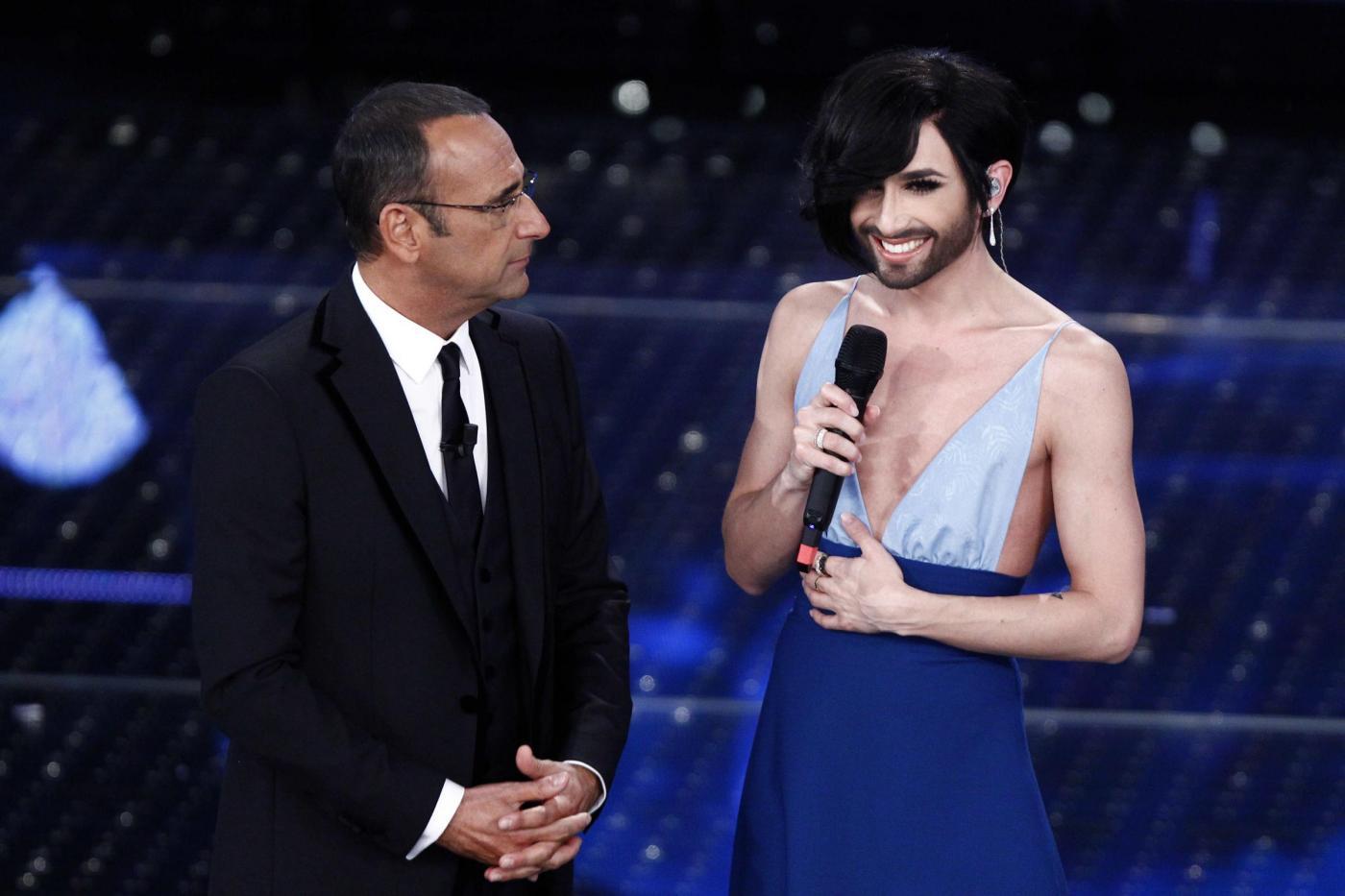 Carlo Conti a Sanremo 2015: le scuse a Conchita Wurst continuano a far discutere