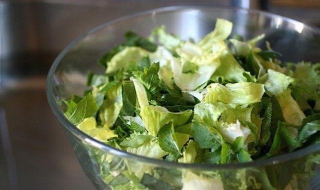 L'insalata già lavata in buste è sicura? Attenzione al rischio salmonella