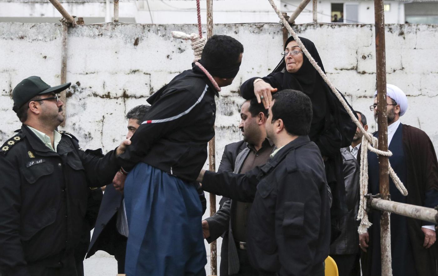 iran impiccagione madre perdono