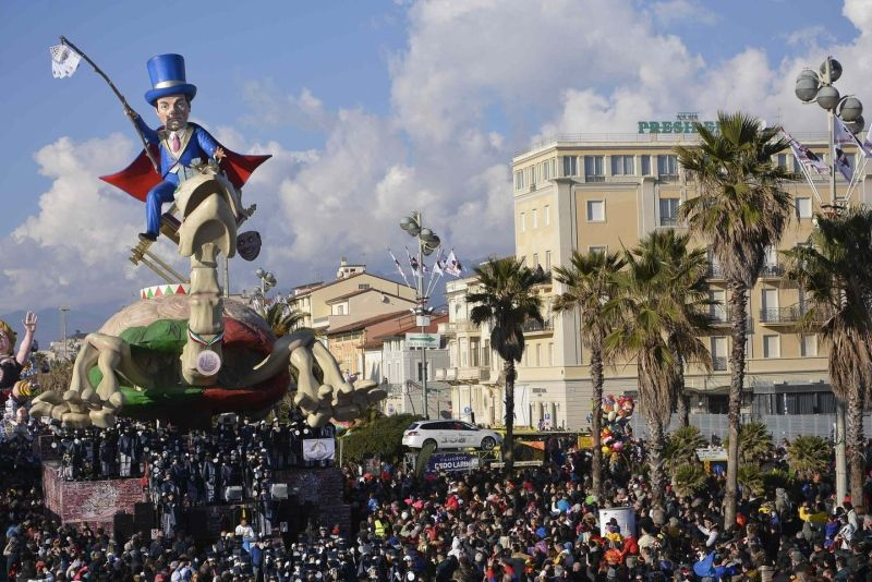 Carnevale Viareggio 2015: le maschere dei politici italiani