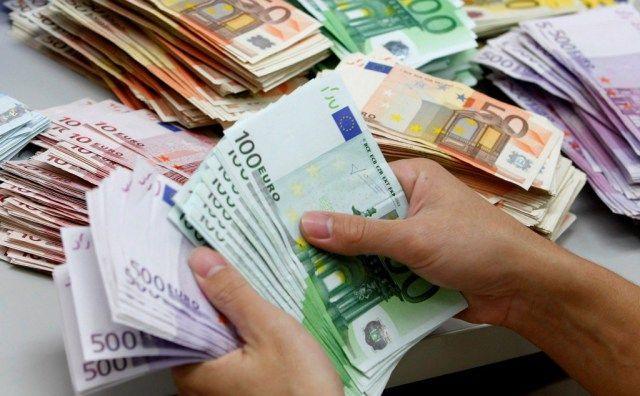 Tassa sui versamenti dei contanti in banca: il Governo smentisce l'ipotesi di un'imposta di bollo