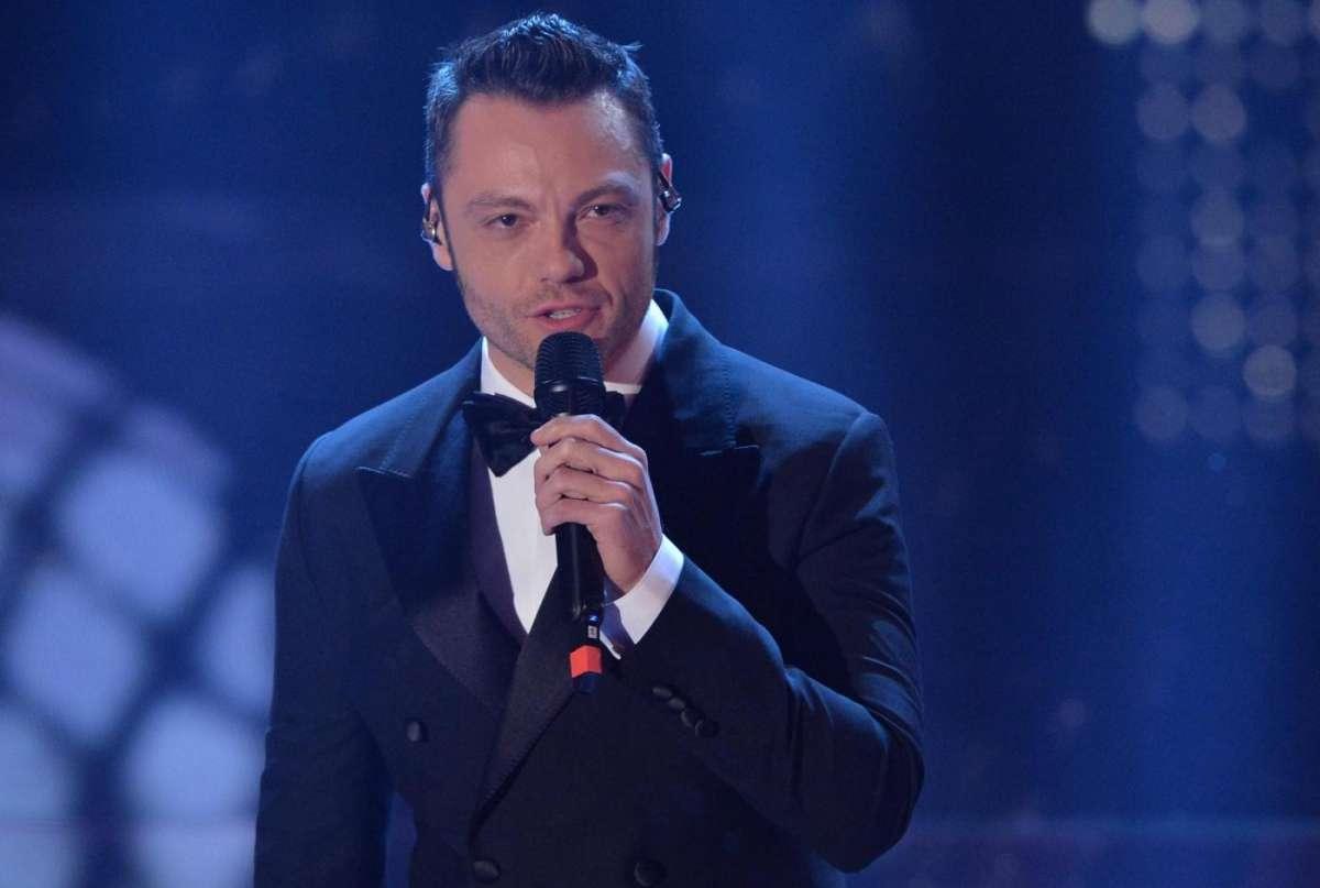 Sanremo 2015: Tiziano Ferro ospite presenta un medley dei suoi brani e l'inedito Incanto