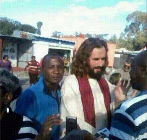 Turista italiano scambiato per Gesù in Africa: i dubbi sulla foto