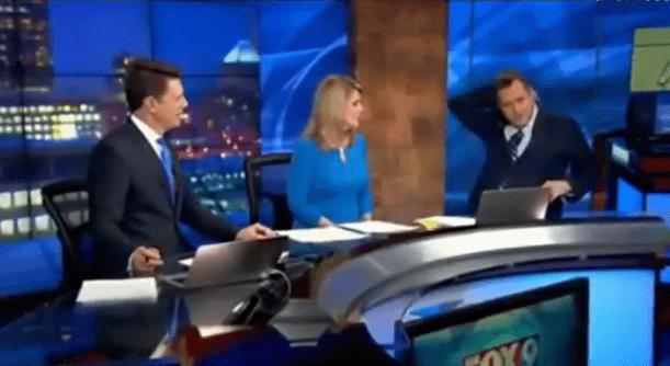 Minnesota, gaffe del meteorologo: estrae la gruccia dalla giacca e fa ridere tutti [VIDEO]