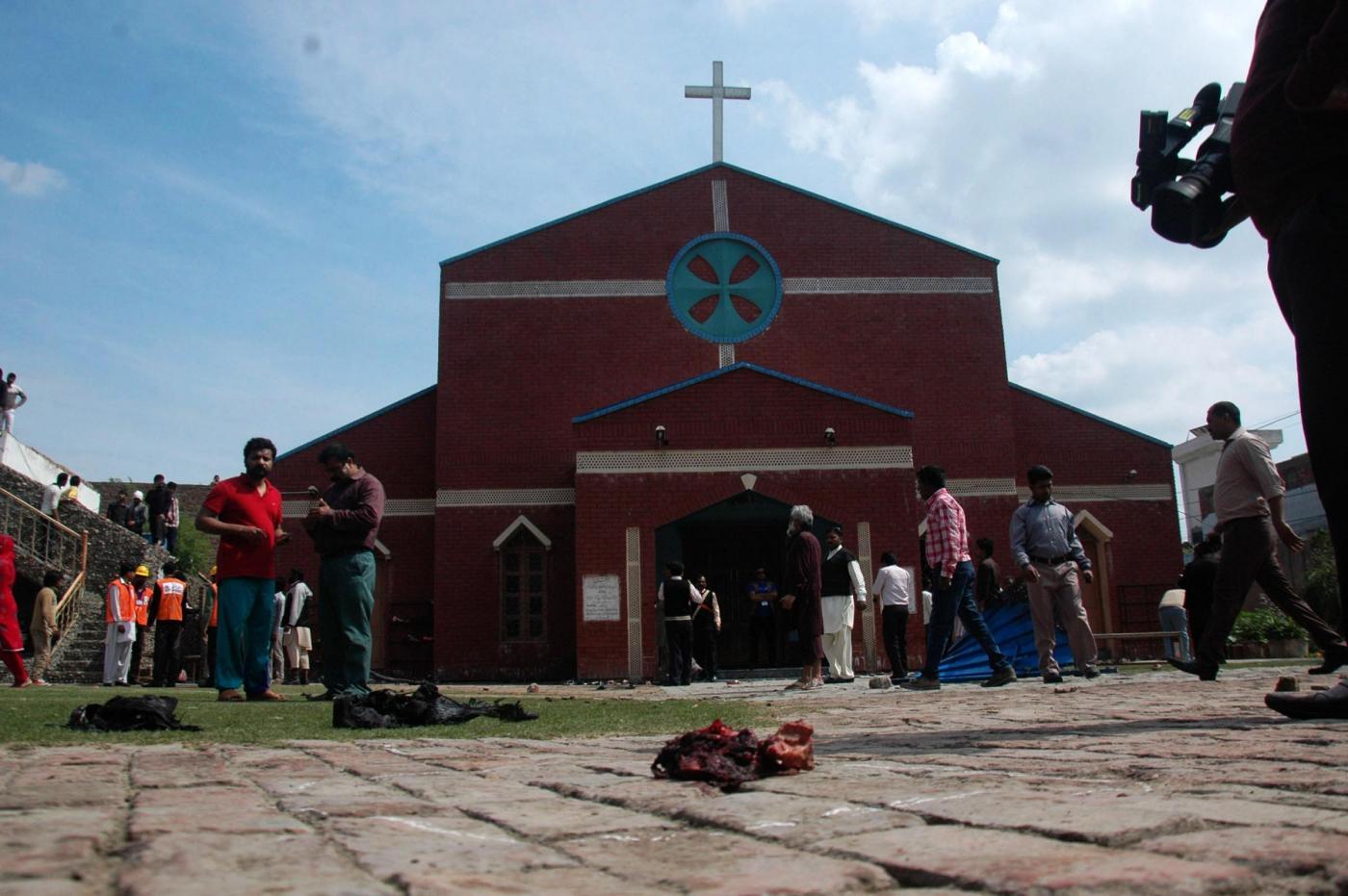 Pakistan: kamikaze in due chiese di Lahore, i talebani rivendicano l'attentato