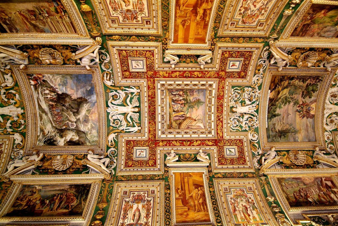 Papa Francesco invita a cena i senzatetto e apre i Musei Vaticani