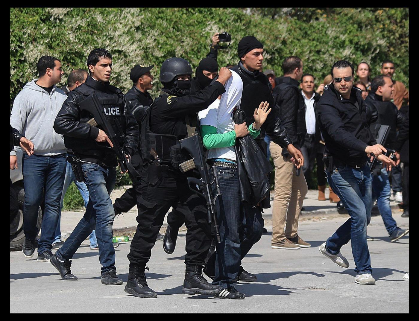 Attentato a Tunisi, video inedito: in fuga un terzo terrorista. Arrestati vertici di polizia