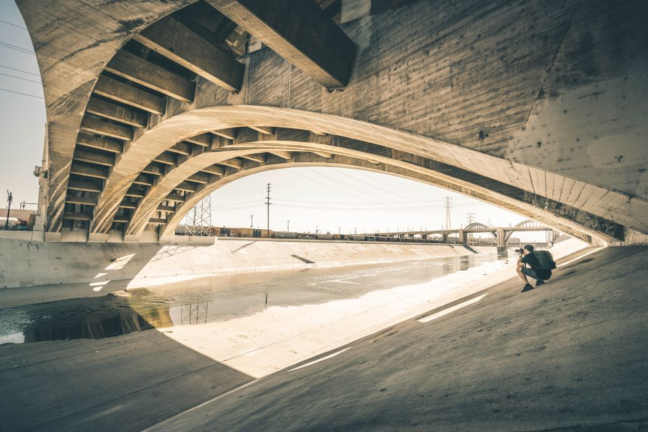Ragazzo fotografa il ponte