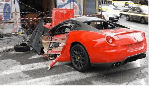 Roma: si schianta una Ferrari in un negozio a Termini