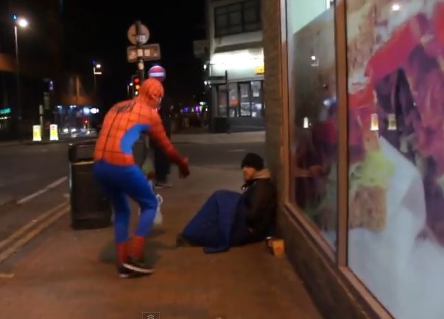 Spiderman aiuta i senzatetto a Birmingham