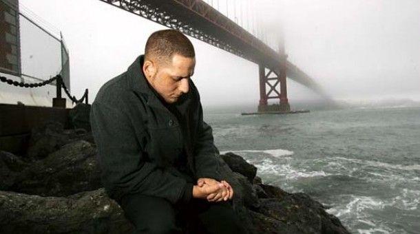 Salta da un ponte per suicidarsi: salvato da un leone marino, cambia vita aiutando gli altri