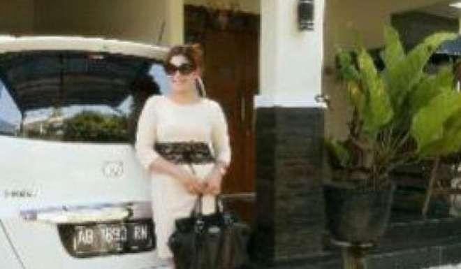 Vedova vende casa e in omaggio dona se stessa: succede in Indonesia