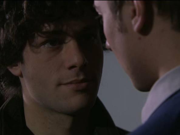 Un posto al sole, bacio gay nella soap opera di Rai 3: è polemica