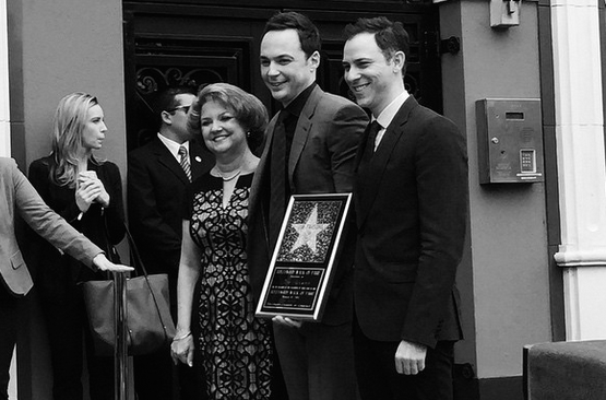 Jim Parsons di The Big Bang Theory ha ricevuto la sua stella sulla Walk of Fame