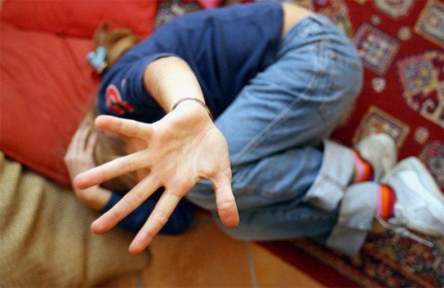 Violenta il figlio di 11 anni e lo vende in rete