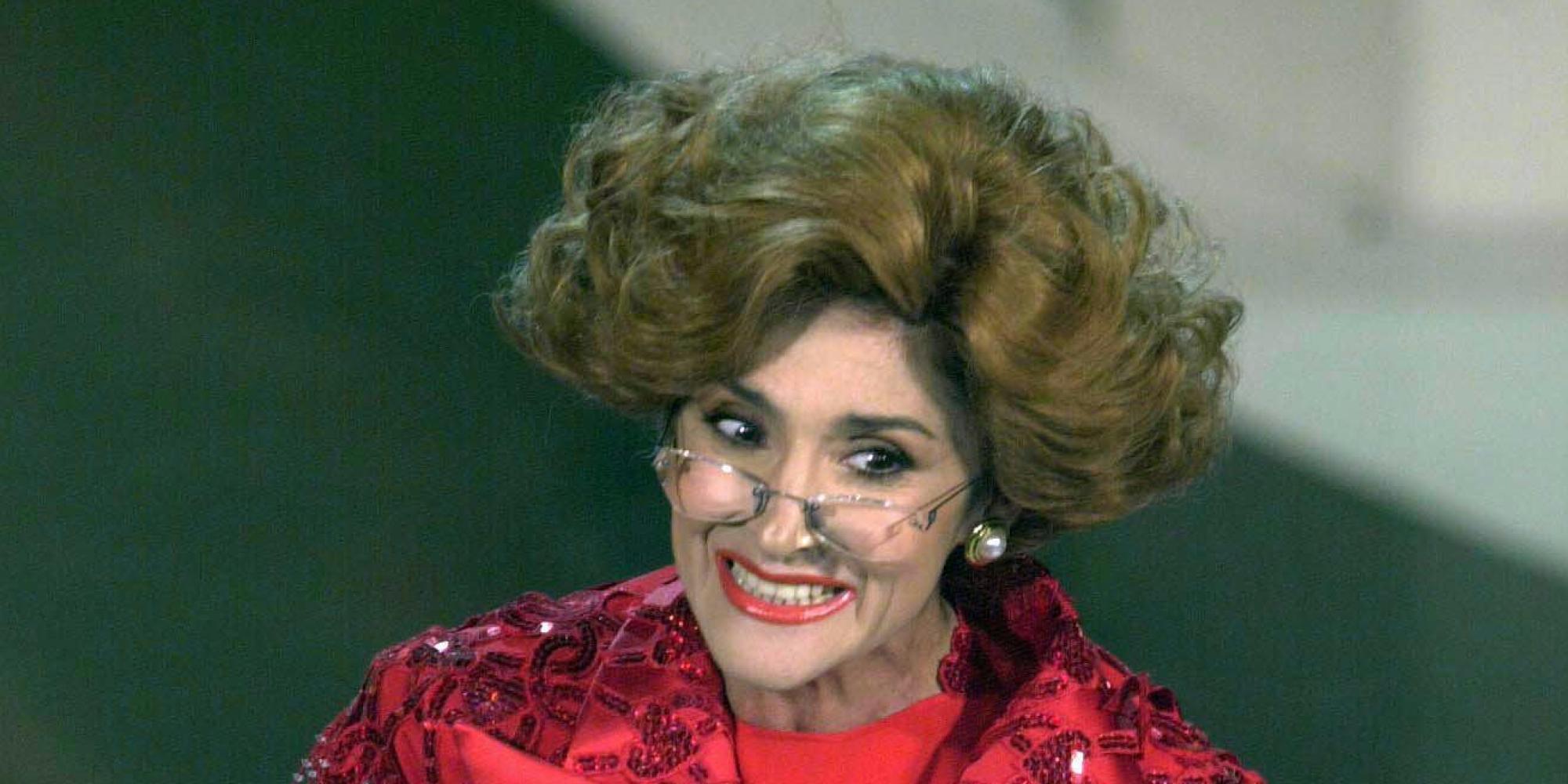 Anna Marchesini, caduta a teatro per l'attrice: si appoggia al leggio ma scivola