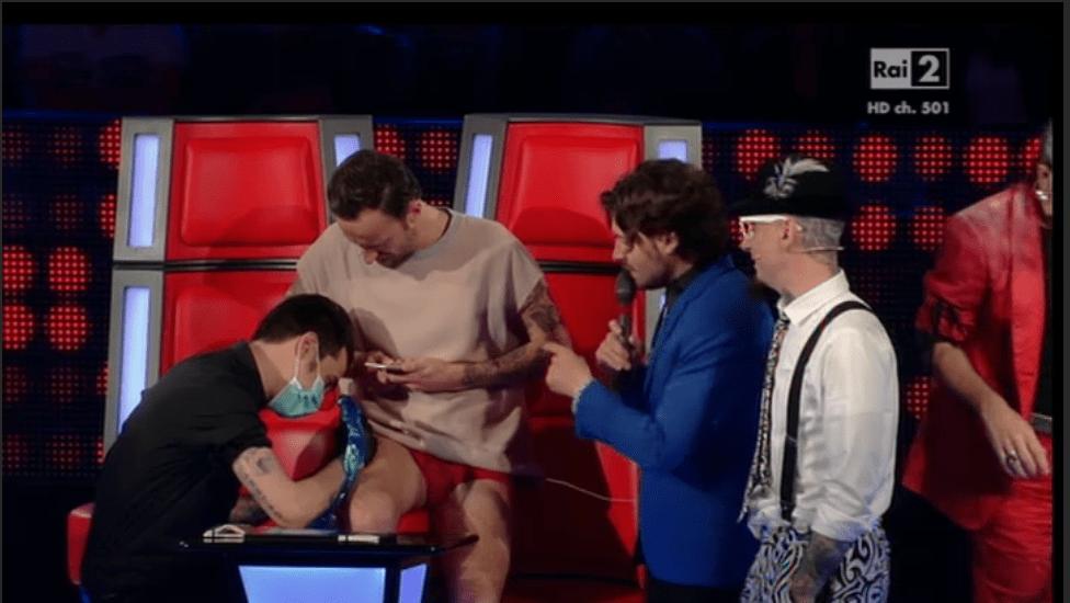 Francesco Facchinetti, tatuaggio in diretta a The Voice 3: 'I love J-Ax'